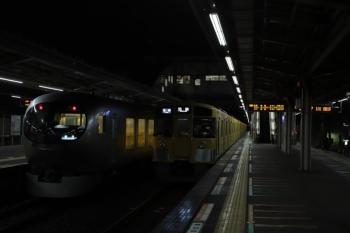 2019年10月19日 5時25分発。小手指。3番ホームから発車する001-D編成の下り回送列車(左)。右は2069Fの5204レ。