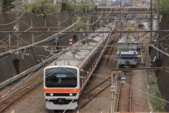 2019年10月19日 12時35分ころ。武蔵野線の電車(左)と、入換中のJR貨物のEF210-171。この後、1245Fに連結します。