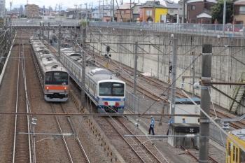 2019年10月20日 12時42分ころ。新秋津。EF210-171が切り離された1241Fの横を武蔵野線の205系電車が通過。
