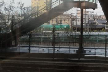 2019年10月21日 6時12分ころ。池袋。西武線の上り列車の車内から見たJR貨物の列車。