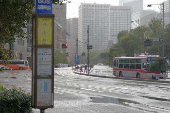 2019年10月22日 13時ころ。日比谷通りの日比谷のバス停付近を通過する東急バス。霧雨が降って、日が差していました。皇居の上には虹がかかったころと思います。この付近は一般車両は通行止めでしたが、乗用車がたまに通っていました。軽自動車は見なかったかも。