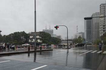 2019年10月22日 12時42分ころ。内堀通り。北の方からやって来た車列が皇居の中に入っていきました。この時は雨が降って風があり、ともすると私のビニール傘は裏返ってました。