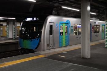 2019年10月24日。所沢。4番ホームへ到着する40105Fの507レ。奥には新宿線の2000系下り列車が写ってます。