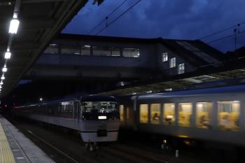 2019年10月27日。仏子。中線の10110F(左)の横を通過する001-A編成の25レ。