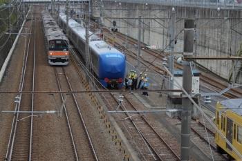 2019 年10月27日 9時1分ころ。新秋津。EF65-2127が解放された001-E編成の横を通過する武蔵野線の205系電車。右端に見えるは、西武線内を牽引する263F。