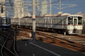 2019年10月27日 6時46分ころ。石神井公園。まだ6番線で寝ているY517F(左)と4007Fほかの上り回送列車。