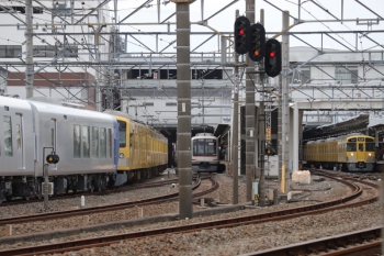 2019年10月27日 10時33分ころ。所沢。左端が263Fに牽引されて到着の001-E編成。中央は東急5122Fの6809レ。