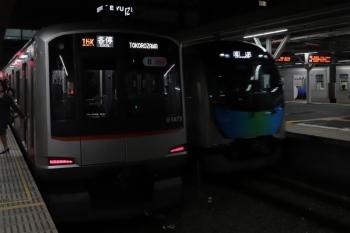2019年10月27日 17時58分ころ。所沢。3番ホームを通過する40102Fの上り回送列車(右)。左は6751レで到着した東急5173F。