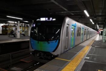2019年10月31日。所沢。40101Fの505レ(右)と新宿線の2000系下り列車(左端)。