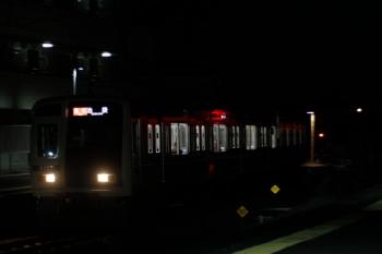 2019年11月2日 19時22分ころ。西所沢。西武球場前駅から1番ホームへ到着する6107Fの急行 池袋ゆき。先頭車はガラガラでした。