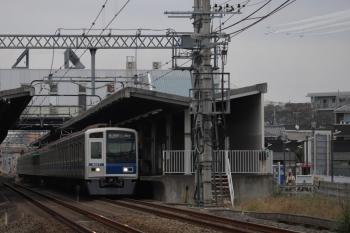 2019年11月3日 13時41分ころ。武蔵藤沢。6157Fの各停 新木場ゆき(小手指から6530レのはず)と、ブルーインパルスの飛行機5機(右上)。