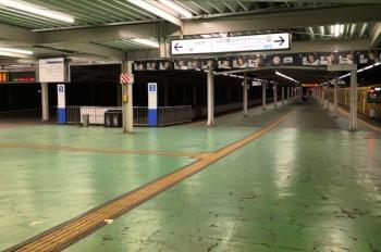 2019年11月3日 21時ころ。西武球場前駅のホームの様子。