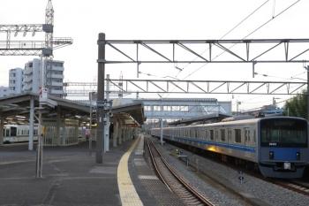 2019年11月3日 6時29分ころ。西所沢。右が1番ホームで留置中の20151F。左端は4番ホームを通過する4019F+4017Fの上り回送列車。