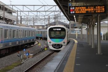2019年11月3日 6時35分ころ。西所沢。発車した38109Fの6107レ。左が1番ホームで留置中の20151F。
