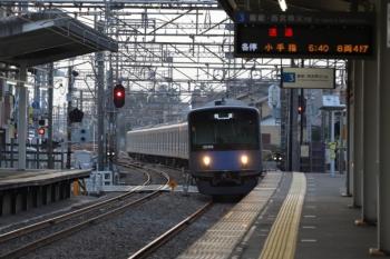 2019年11月3日 6時35分ころ。西所沢。3番ホームを通過する20106Fの下り回送列車。