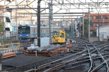 2019年11月4日  6時29分ころ。所沢。作成中の分岐器。奥に見えるのは20154Fの新宿線の上り回送列車。