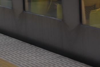 2019年11月5日。001-D編成の側窓の下。雨水が流れた跡が黒く残って目立ちます。41レでした。