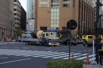 2019年11月9日 16時10分ころ。日比谷の交差点。日比谷通りを北からやって来て、晴海通りへ入るトラック。荷台には大きな太鼓。「国民奉祝祭典」で使われていたのでしょうか。