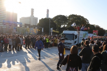2019年11月9日 15時前。皇居近く。踊ってきた人がトラックに乗って駐車場へ戻ってくる所。皆さん手を振りあって喜びを体で表現。