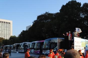 2019年11月9日 15時前。皇居近く。観光バスがズラリと並んでました。踊ってきた人がトラックに乗って戻ってきました。