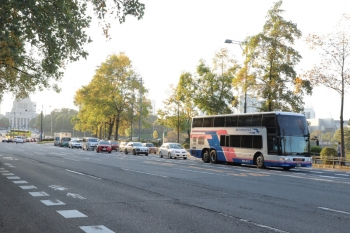 2019年11月9日 15時半ころ。国会議事堂前の内堀通り(桜田門)。西日本JRバスの高速バスと思います。