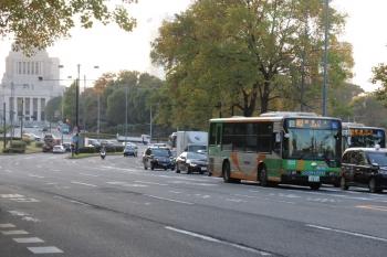 2019年11月9日 16時前。国会議事堂前の内堀通り(桜田門)。都バスの「劇場バス」2台。この先(背中側)の交差点で、一方は直進、一方は右折。国立劇場から駅へ行くのでしょう。