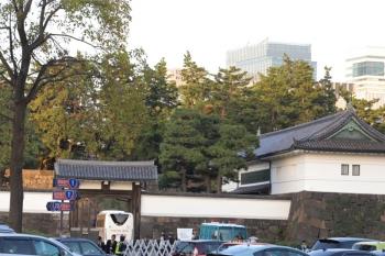 2019年11月9日 16時前。皇居。おじさんたちを乗せた観光バスが何台かこの門から皇居へ入っていきました。