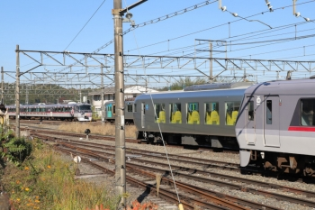 2019年11月9日 11時47分ころ。横瀬。展示車両の横から、10112F(カナヘイ)の11レが発車(左奥)。