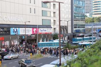 2019年11月10日 15時13分ころ。赤坂見附。警察車両が道路を塞ぎました。自動車は折り返すか、開通待ち。
