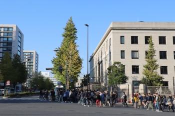 2019年11月10日  14時34分ころ。永田町駅の出口から300メートルほど歩いたところ。国会議事堂前駅から出てきた人がゾロゾロと永田町駅の方へ歩いてます。