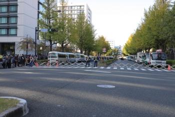 2019年11月10日  14時29分ころ。永田町駅の出口から200メートルほど歩いたところ。通行止めの道路の先にテントが張られて荷物検査場となっていました。