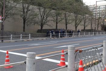 2019年11月10日 16時4分ころ。溜池山王から霞が関へ向かう途中、地味な服装の女性1名を警官10名ほど取り囲んでいました。抗議活動をしようとしたのでしょうか。パレードの経路からは500メートルほどのところと思います。