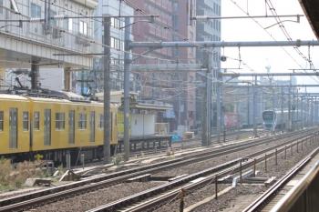 2019年11月11日。高田馬場。10106Fの113レ(左奥)と埼京線E233系の新木場ゆきがすれ違い。
