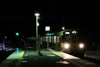 2019年11月15日。元加治。到着する列車は9102Fの3102レ。縁石は、飯能方の一部だけ新品となり白く目立っています。