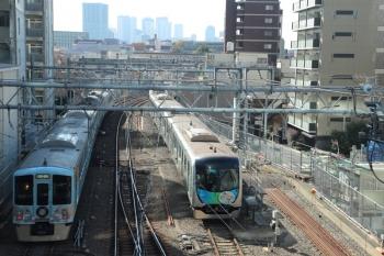 2019年11月16日 10時58分ころ。池袋。発車した4009F(52席)の下り列車と、電留線で帯泊の40102F(白猫)。