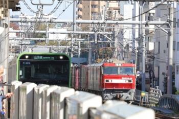 2019年11月16日 11時45分ころ。駒込。EH500-26牽引の南行コンテナ貨物列車(右奥)と山手線のE235系電車。