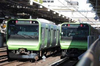 2019年11月16日。上野。内回り・外回り共に尾灯を点灯する山手線電車。御徒町方から撮影。