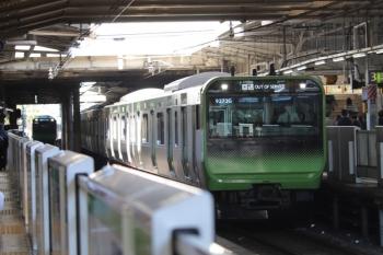 2019年11月16日。上野。到着する外回り列車に続いて、引き上げ線から内回りホームへ据え付け。