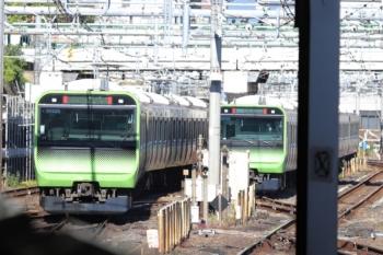 2019年11月16日。上野。引き上げ線へ折り返した元・外回り列車(右)と、発車した内回り列車。