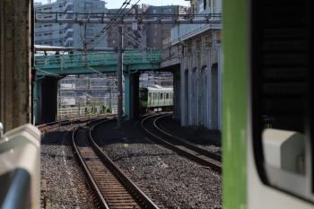 2019年11月16日。鶯谷。本数が多い上に上野駅で面倒な入換をしているので、上野駅の近くでは列車が滞留。外回り列車は巣鴨あたりから多くの駅で時間調整の抑止がかかっていました。
