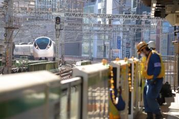 2019年11月16日。有楽町。列車が来ない山手線ホームでホームドアの保守作業をしていました。東海道本線を走行する常磐線直通列車は品川着発で影響なし。