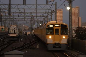 2019年11月17日 6時8分ころ。石神井公園。左は6番線で夜間帯泊だった東急5173F。右は、4番ホームを通過する2063Fの上り回送列車。