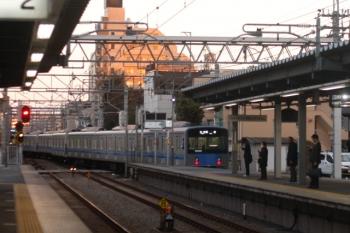2019年11月21日 6時30分ころ。東長崎。上り4番ホームから通常と逆の下り方向へ発車した20158Fの各停 保谷ゆき。