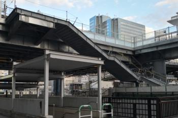 2019年11月21日。池袋。仮置き場と線路を挟んで反対側の、駅の南東側に階段鉄骨がありました。右手が駅のホーム。大型クレーン車が奥に見えます。