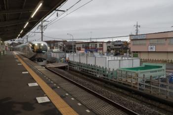 2019年11月24日。元加治。中央から飯能方を見たところ。仮囲いからホームへ、線路内に角材通路もできてました。