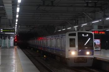 2019年11月27日 5時31分ころ。所沢。3番ホームを通過する6107Fの上り回送列車。