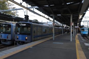 2019年11月30日 15時4分ころ。萩山。左から、西武遊園地駅から到着した20154Fの各停 小平ゆき、20156Fの西武遊園地ゆき、国分寺駅から到着の1251Fの萩山止まり(6441レ。多客時は西武遊園地に延長される列車です)。
