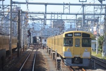 2019年11月30日 12時26分ころ。上石神井。中線で待機する、折返しの2057F回送列車。