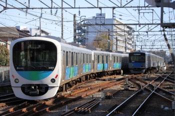 2019年11月30日 12時59分ころ。小平。引き上げ線で折返し待ちの20156F(右)と、各停で到着後に折り返しのため上石神井駅へ送られる38101Fの上り回送列車。