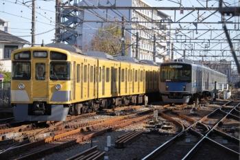 2019年11月30日 13時18分ころ。小平。引き上げ線で折返し待ちの20154F(右)と、各停で到着後に折り返しのため上石神井駅へ送られる2057Fの上り回送列車。
